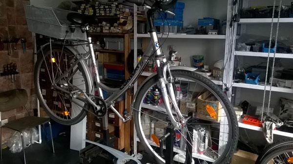 Das Fahrrad besser am Montageständer reparieren