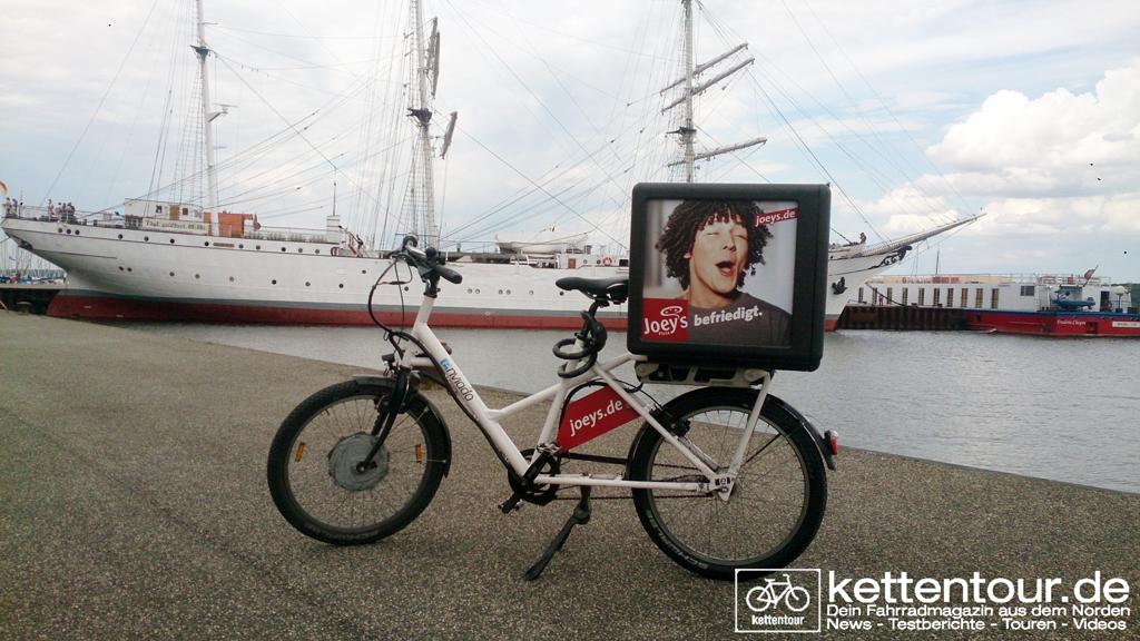 Das Lieferrad direkt am Hafen Stralsund vor die Gorch Fock geparkt.