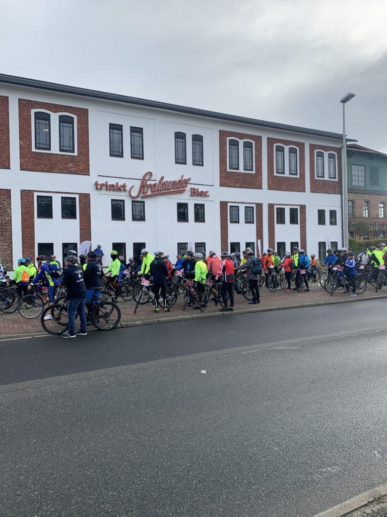Tour d' Allee 2020 - Teilnehmer vor der Brauerei Stralsund